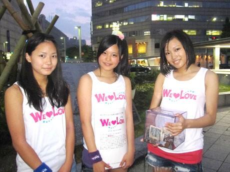 ライブ終了後の「WE LOVE」のみなさん。左から、北川ひかるさん、山下舞華さん、松井佑喜さん