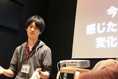 パソコンとプロジェクターを使ってセミナーを行う小山和音さん