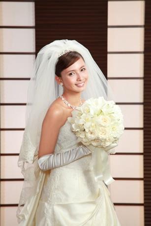 ブライダルフェアに登場する花嫁姿の加藤夏希さん