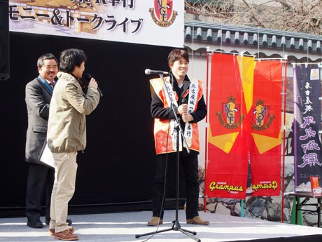 名古屋城1日PR奉行就任セレモニー。左=名古屋城総合事務所の佐藤正幸所長、右=陣羽織を着た中村直志選手。