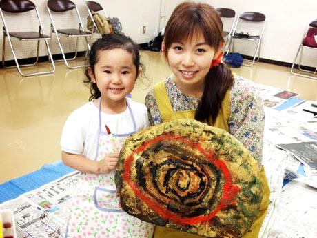 造形絵本作家の「かつらこ」さんと参加者のリサちゃん