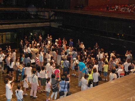 オープンアーキテクチャーで行われた奈落体験(愛知芸術文化センター大ホールで)