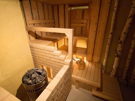 新しくオープンした「新・森のサウナ」室内。「ロウリュ」を起こすサウナストーンなどを設置