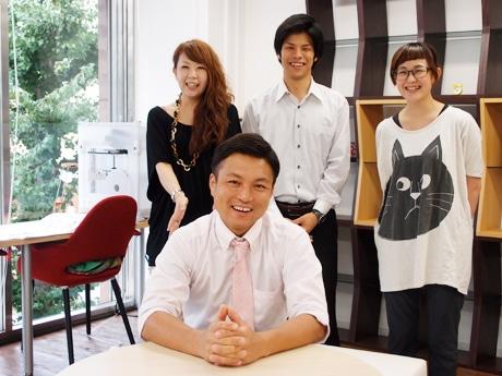 「アイデアプラス」社長の齋藤孝司さん(中央)とスタッフ