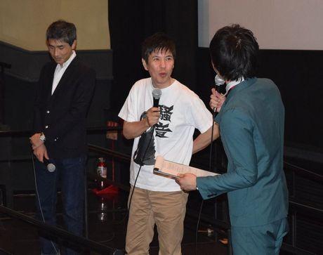 映画「騒音」の舞台あいさつで来名した関根勤さん(中央)