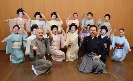 「第68回名古屋をどり」の発表を行った西川流の西川千雅さん(手前右)と西川右近さん(手前左)
