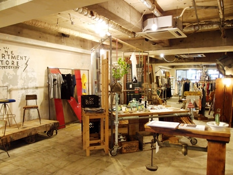 約90坪の広い店内に、ゆったりとアンティーク家具や洋服・雑貨などがならぶ