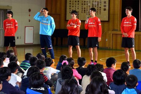 グランパス選手が名城小学校を学校訪問。児童たちの質問に答える選手たち