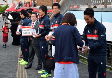 義援金募金活動を行った名古屋グランパスの選手ら