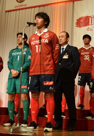 新キャプテンとして決意表明を行う佐藤寿人選手
