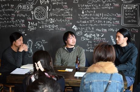 「まちとsynergism」オープニングイベントで滞在制作の感想を語る黒田大祐さん(中)と川田知志さん(右)