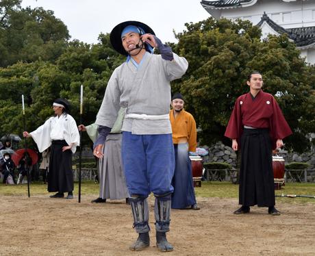 出立のあいさつをする「名古屋おもてなし武将隊」陣笠隊の章右衛門