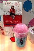 栄の綿あめ店が映画「スウィート17モンスター」とコラボ 3色のカップ綿あめ販売