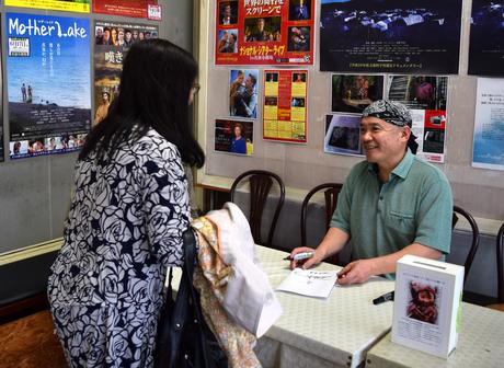 名演小劇場でサイン会を行った写真家の石川梵さん