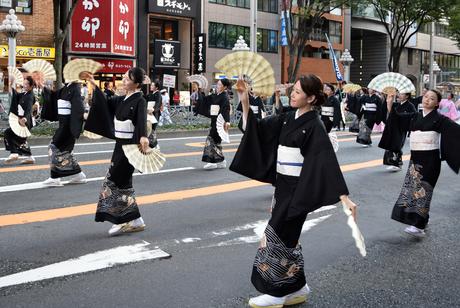 「広小路夏まつり」パレードには全国から踊りや祭りが出演。写真は西川流の舞踊家ら