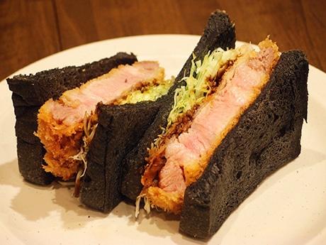黒い食パンでトンカツを挟んだ「ブラック味噌(みそ)カツサンド」