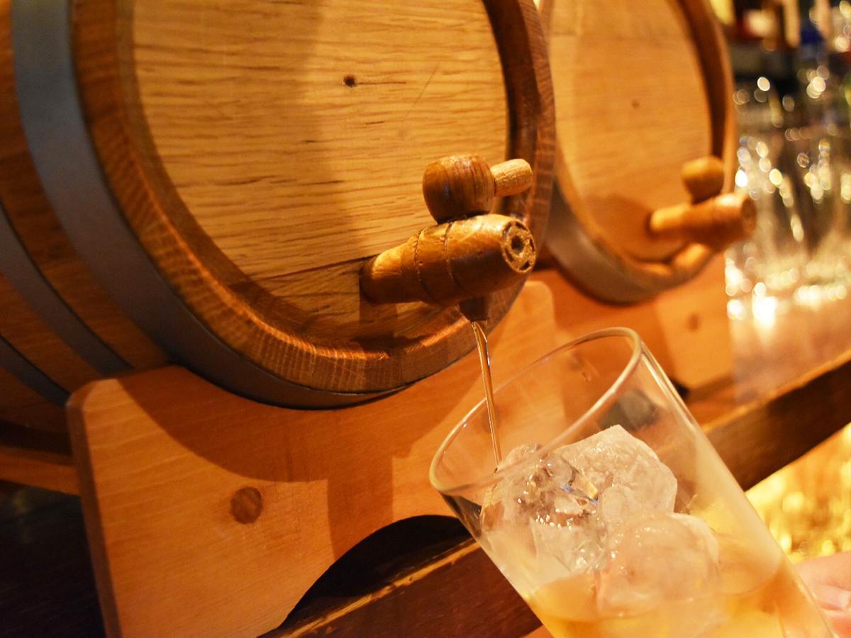 樽で熟成させた「樽熟成ウイスキー」(イメージ画像)