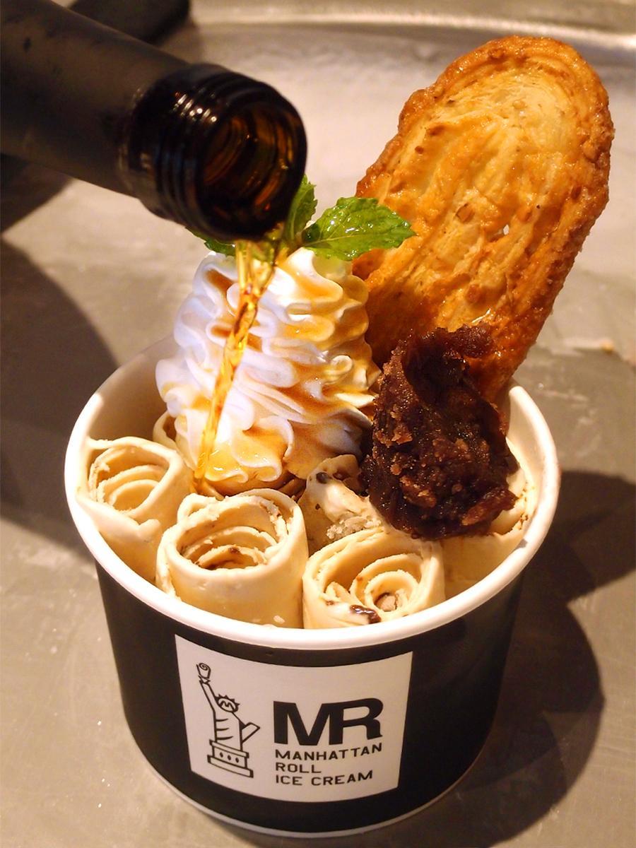 岐阜県産の10年熟成のみりんをかけて仕上げる「八丁味噌(みそ)アイス」