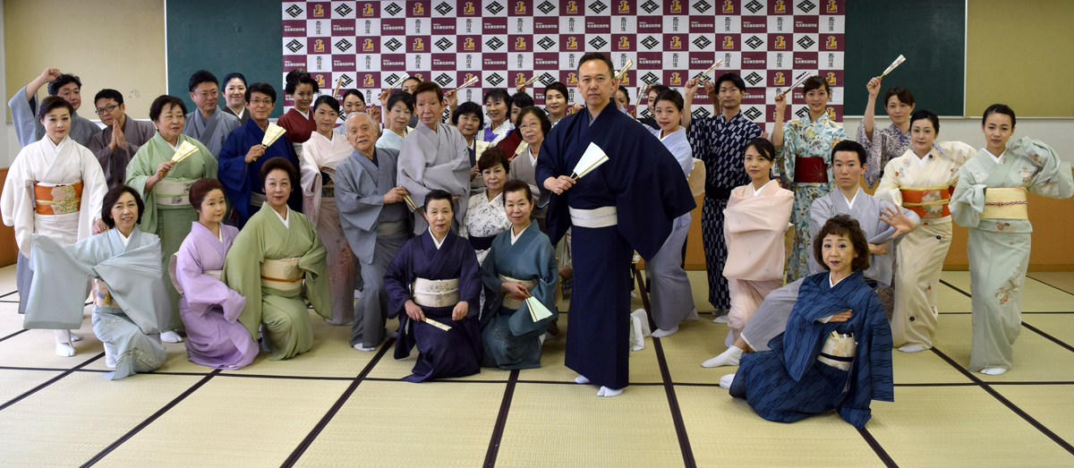 星城大学名古屋丸の内キャンパスで行われた「名古屋をどり」顔寄せ