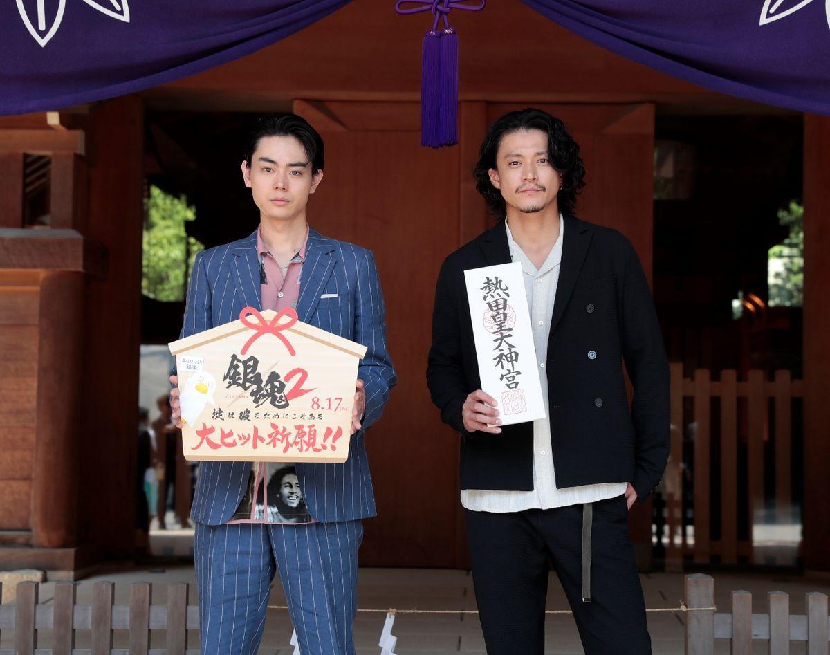 小栗旬さん(右)と菅田将暉さんが映画「銀魂2 掟は破るためにこそある」の大ヒット祈願で熱田神宮を参拝