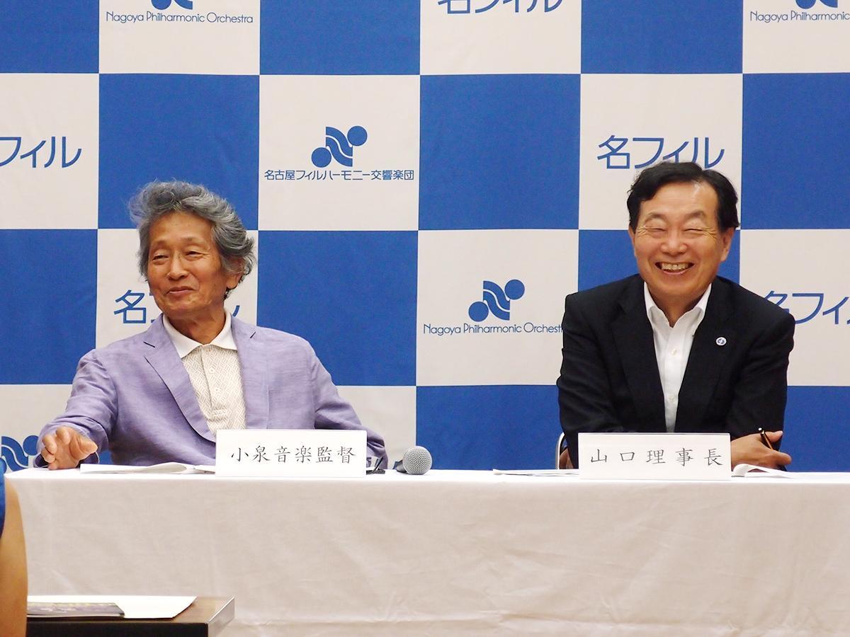 来シーズン年間ラインアップ発表会見で笑顔を見せる小泉和裕音楽監督(左)と山口千秋理事長(右)