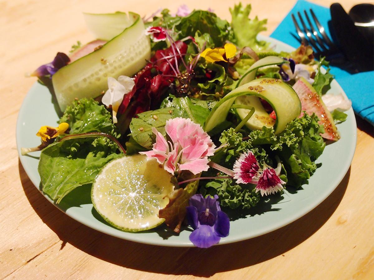 看板メニューの「有機野菜のスーパーサラダ」