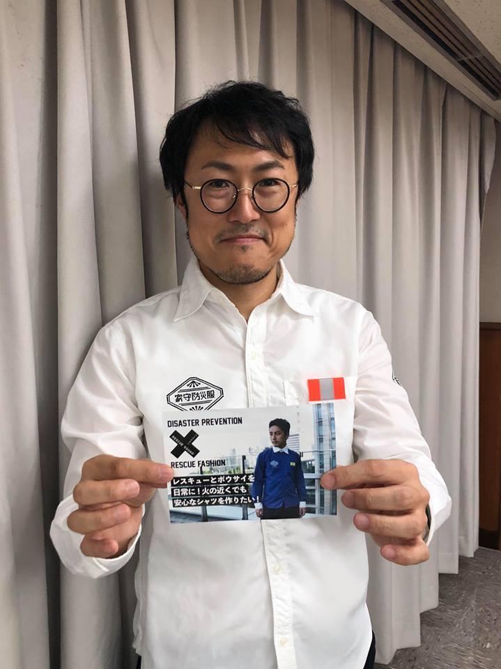 難燃素材の防災シャツを着用する岡本さん