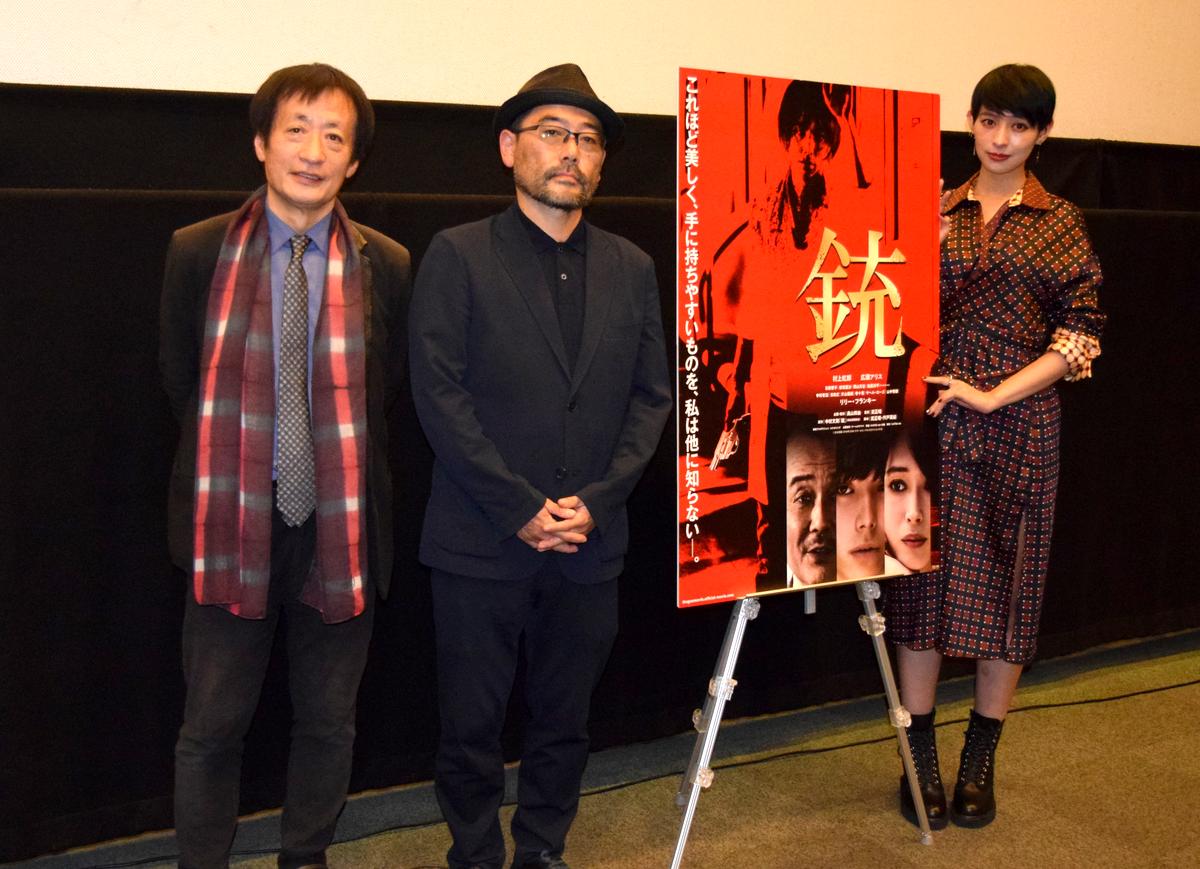 伏見ミリオン座で映画「銃」舞台あいさつ。(左から)奥山和由プロデューサー、武正晴監督、日南響子さん