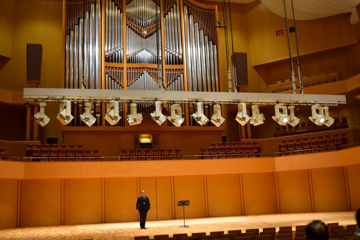愛知芸術文化センター8階「美術館ギャラリー」と4階「コンサートホール」の改修工事が完了。写真はコンサートホールのリニューアルオープン説明会で照明設備を解説する様子