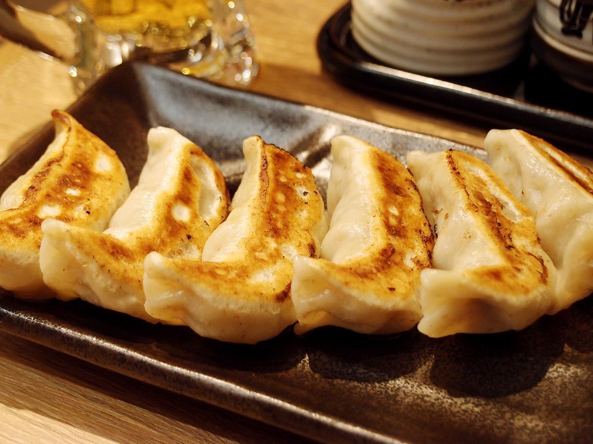 主力メニューの「肉汁焼餃子」。1皿・6個で提供する