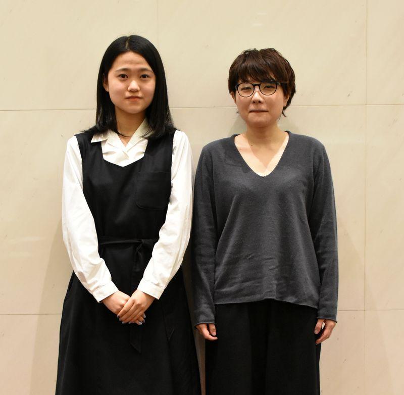 「第18回AAF戯曲賞」大賞の山内晶さん(右)と特別賞の南山高校女子部演劇部・渡辺鈴さん