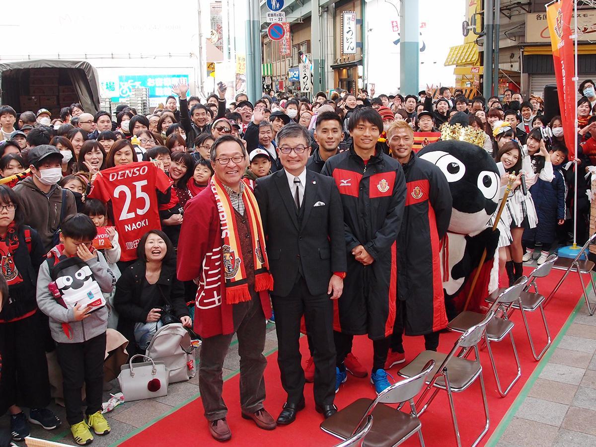 セレモニー後、集まったファンと一緒に記念写真