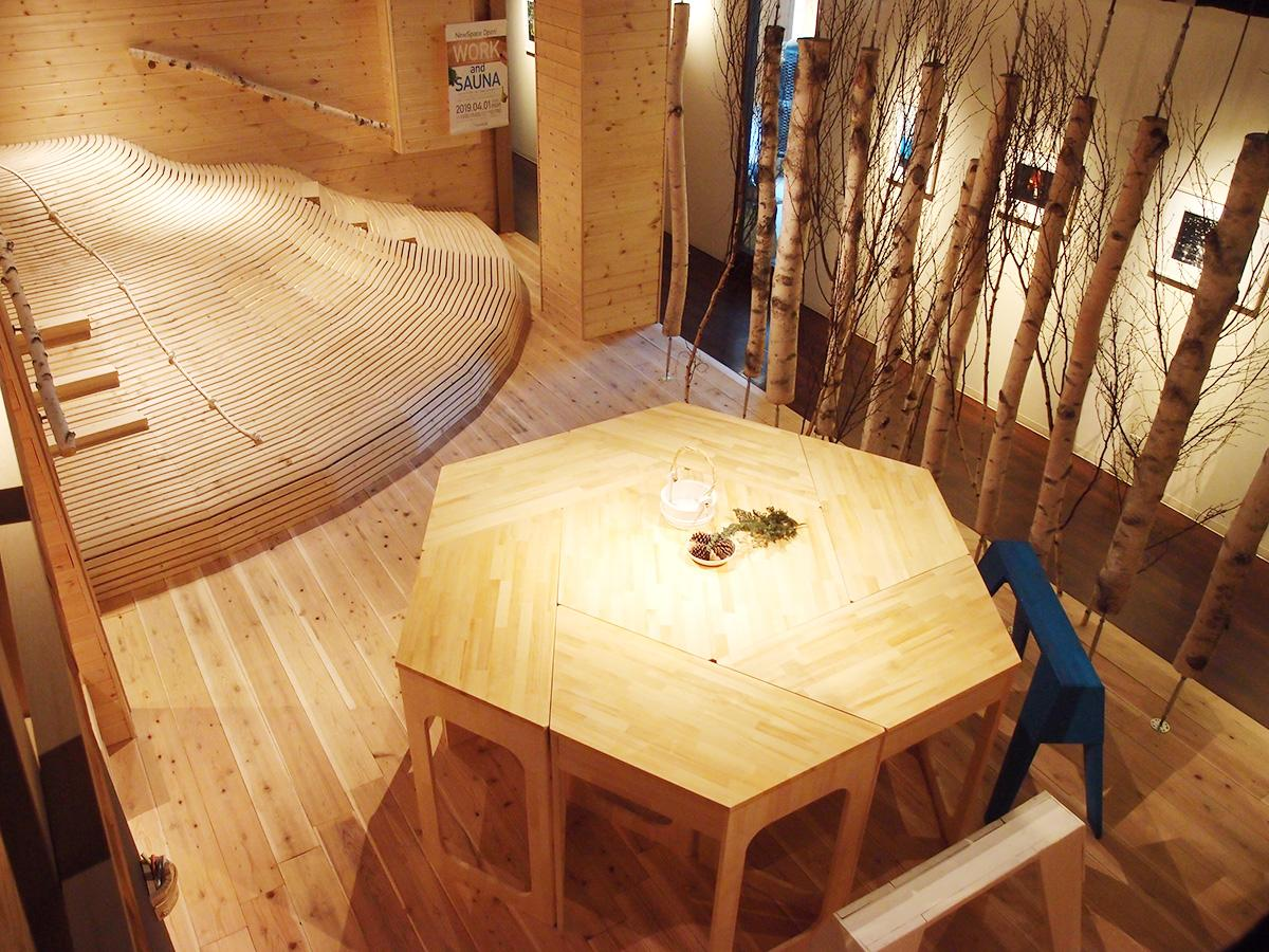 新設したビッグテーブルなどを置くワークスペースと、木でできた山型のスペース(奥)など設けるマウンテンライブラリー