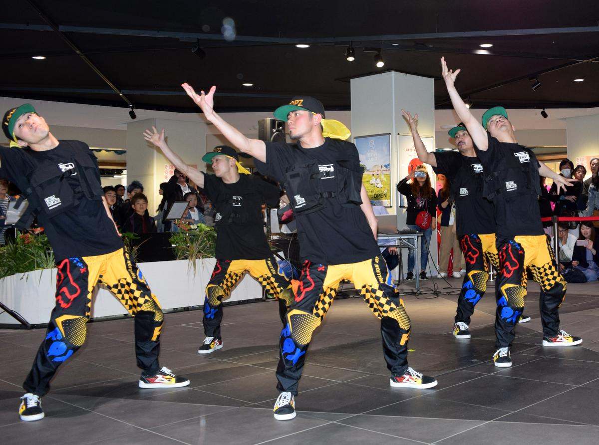 サカエチカで行われたダンスイベント「エンジョイ!クリスタル広場~令和元年 ダンス!ダンス!ダンス!~」。写真は名古屋市東区のダンススタジオ「STUDIO ONEWAY」のパフォーマンス