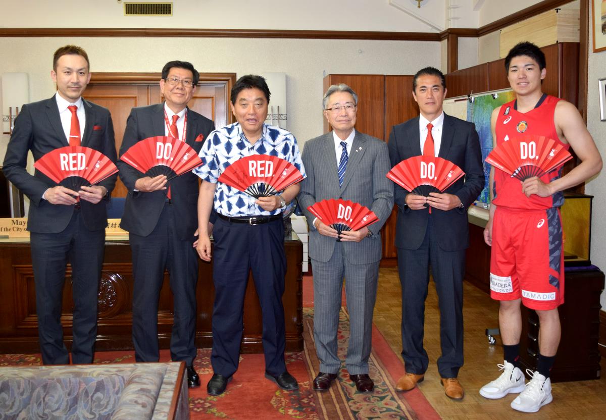 名古屋ダイヤモンドドルフィンズ安藤周人選手らが河村市長を表敬訪問