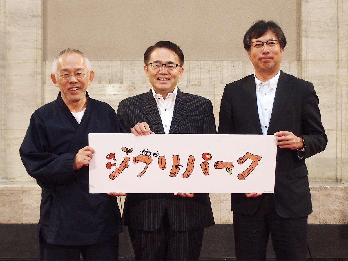 発表した「スタジオジブリ」のロゴを手に。左から、鈴木敏夫「スタジオジブリ」プロデューサー、大村秀章愛知県知事、大島宇一郎中日新聞社社長