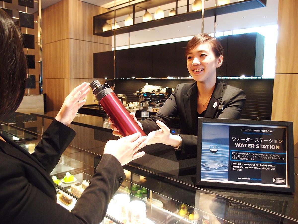 1階の「カフェ 3-3 アーティサンスイーツ&ベーカリー」でマイボトルやマイカップ持参者に飲料水を入れて提供