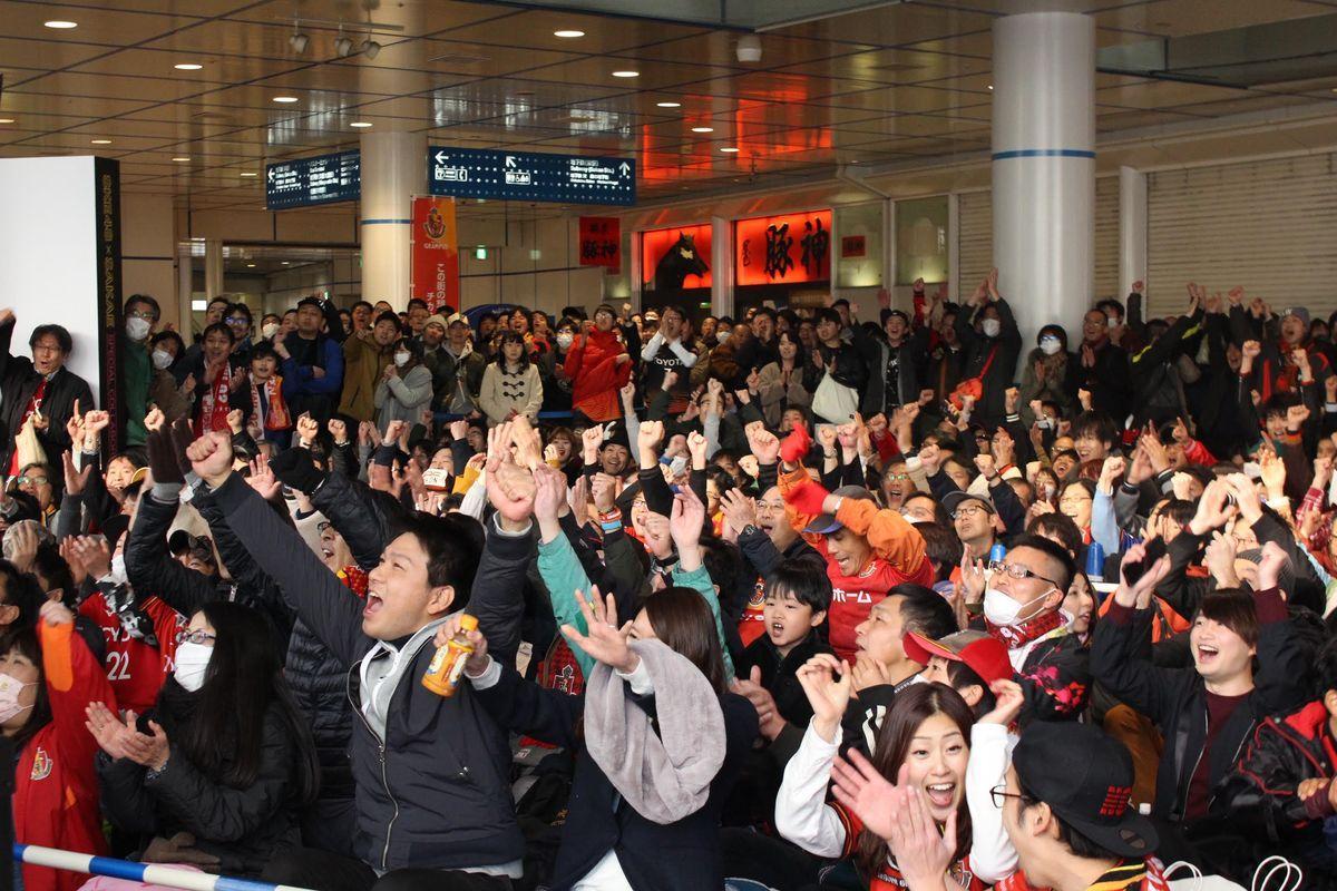 オアシス21で松本山雅対名古屋グランパス戦のパブリックビューイングを開催。写真はオアシス21で行われたパブリックビューイングの様子(C)N.G.E.