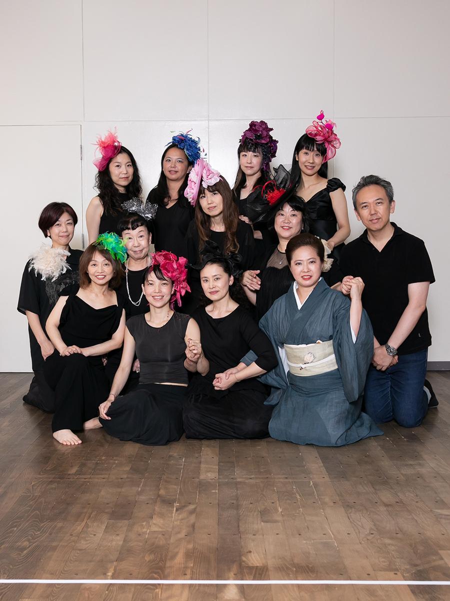 全員が女性で固められた出演者達。主演の倉知可英さん(前列中央)、唯一の男性で監修として参加する西川千雅さん(一番右)