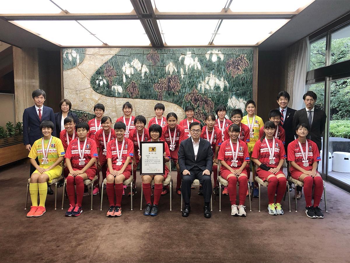 愛知県庁の大村秀章愛知県知事を表敬訪問した「NGUラブリッジ名古屋スターチス」