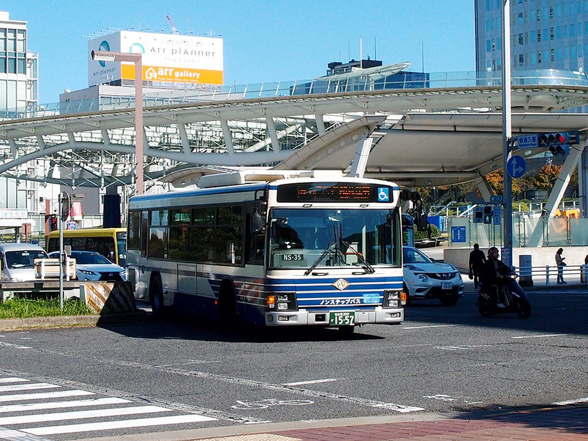 栄の街を走る名古屋の市バス