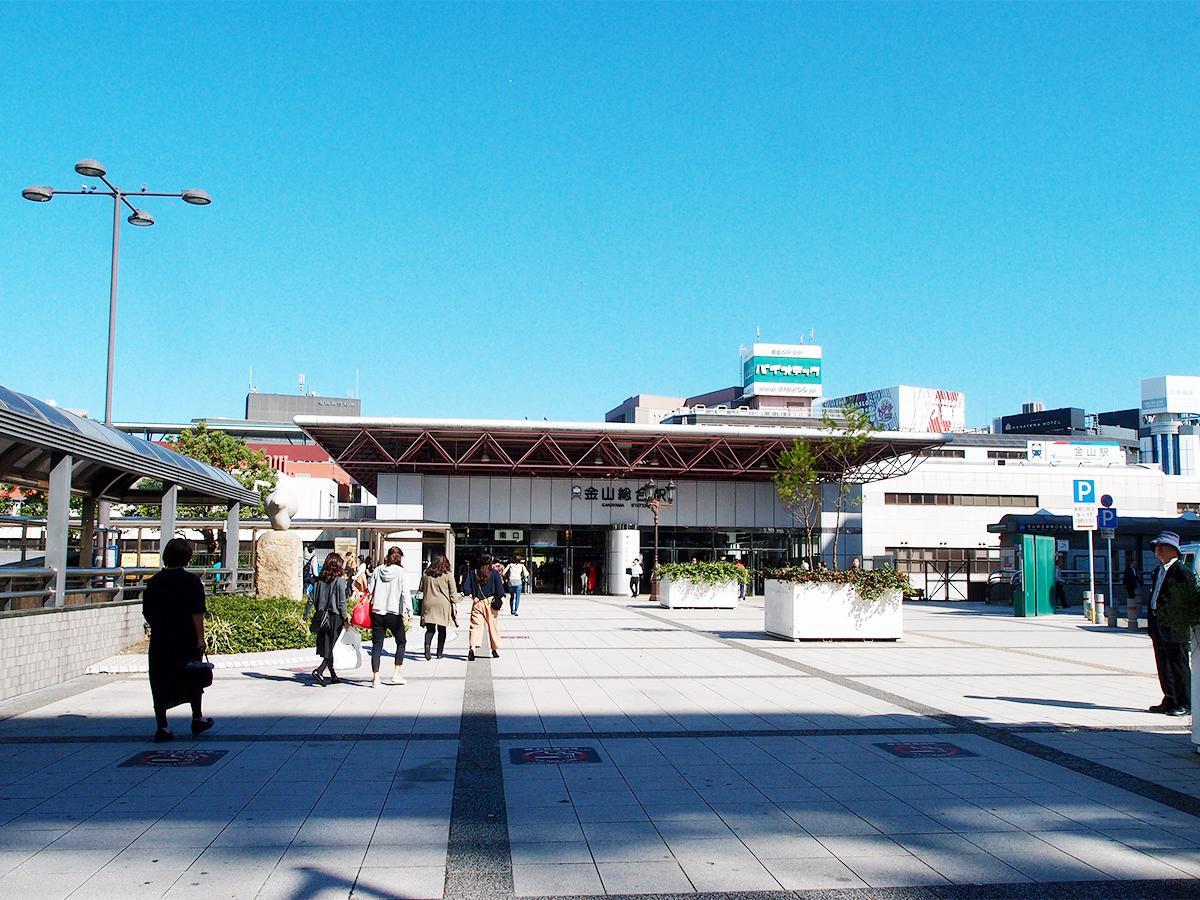 音楽フェスのメインステージや「ヤキソバトル」会場を置く金山総合駅南口広場
