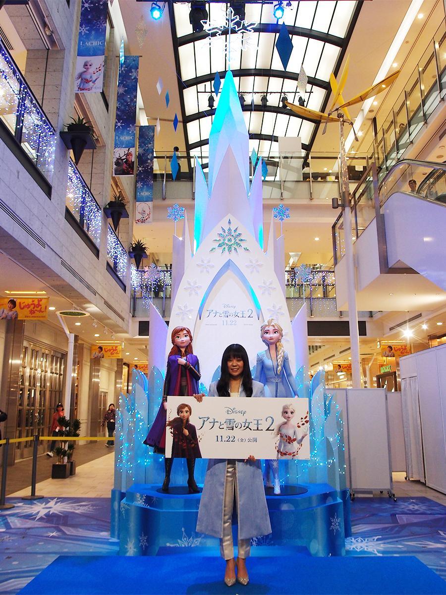 「アイスシンボル」の点灯式には参加した映画「アナと雪の女王2」の日本語版エンドソングを担当する中元みずきさん