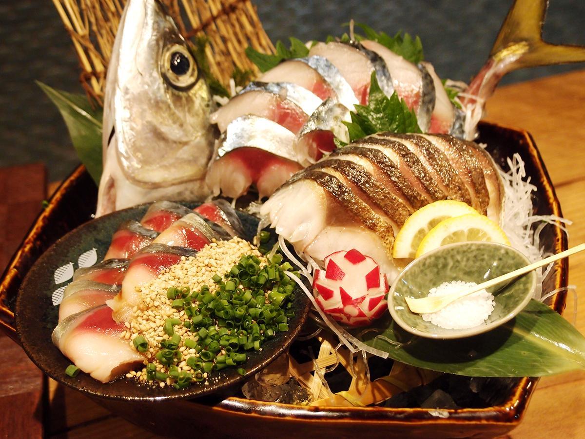 ごまさば・刺し身・炙り・刺し身を盛り合わせた「長崎ハーブ鯖食べ比べセット」。写真は3~4人用