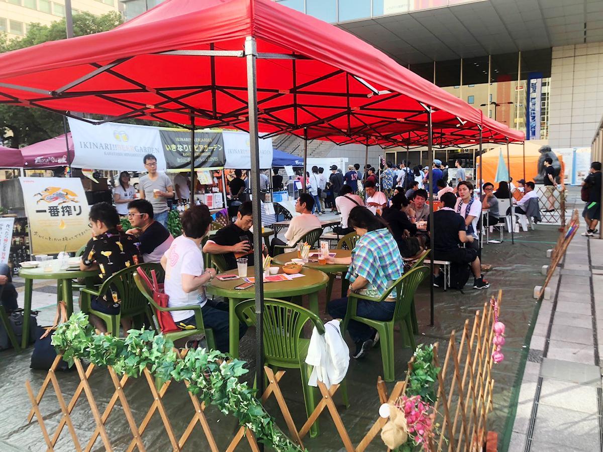 「にぎわいマルシェ」の夏のイベントとして行われた「いきなり!ビアガーデン」の様子(画像提供=金山商店街振興組合 金山にぎわいマルシェ)