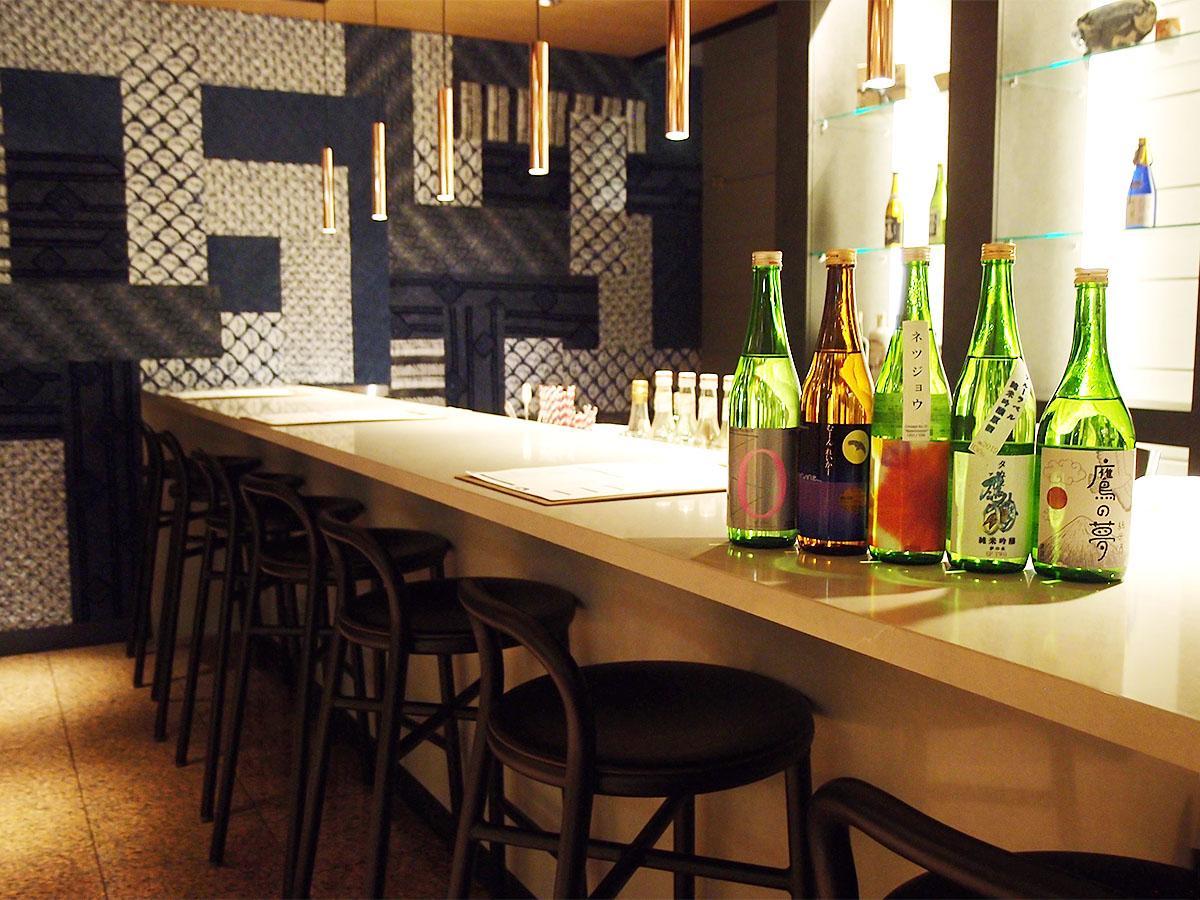 地酒と地元食材の創作和食を楽しめる「酒バー」店内の様子。11月30日まで扱う「山盛酒造」の地酒が並ぶ
