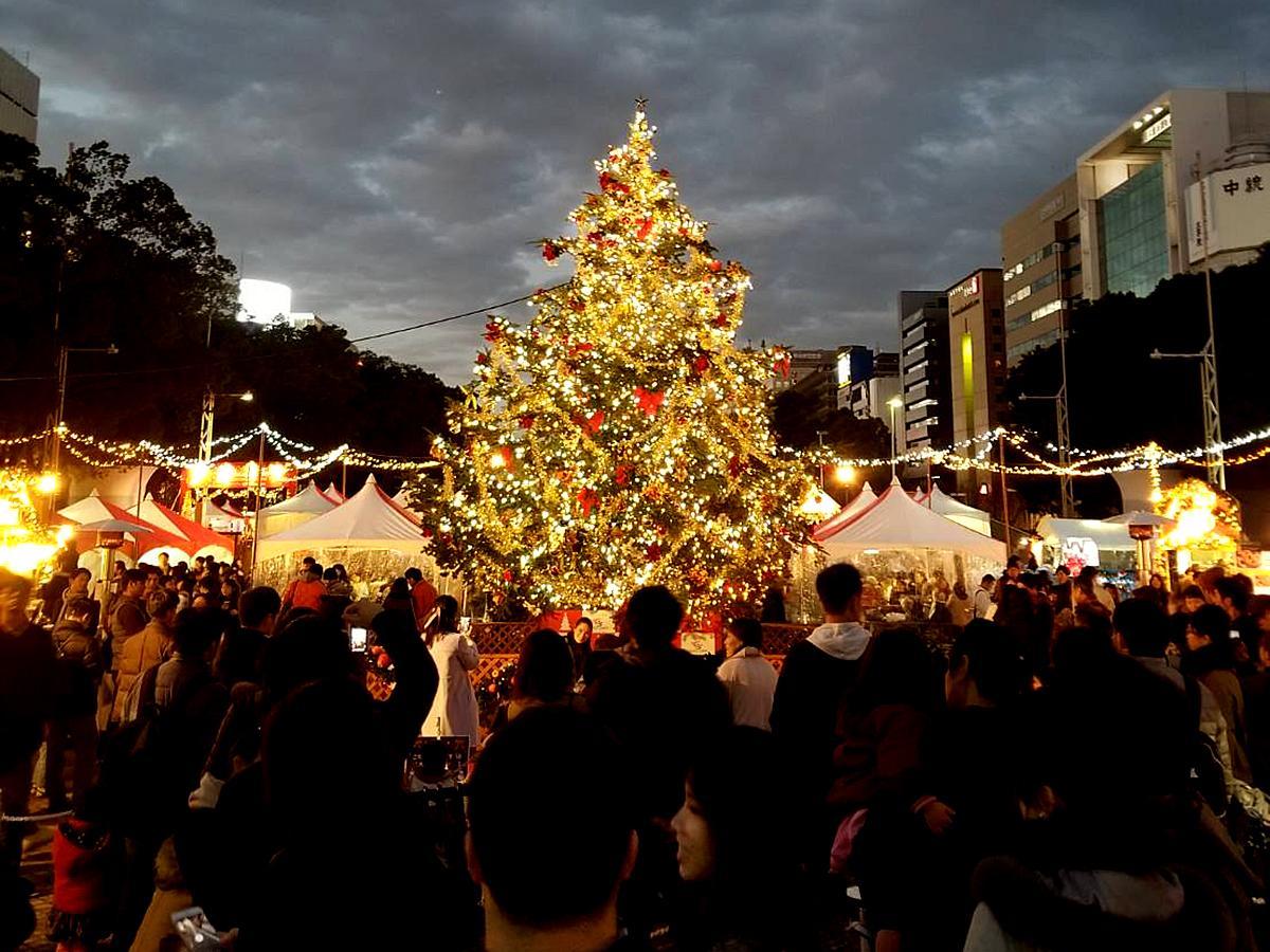 大きなモミの木のクリスマスツリーを囲んだ「名古屋クリスマスマーケット」の昨年の様子(画像提供=東海テレビ放送)