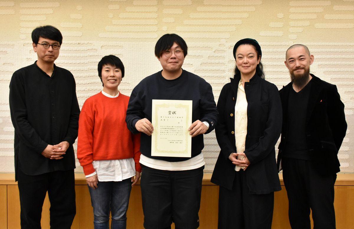 第19回AAF戯曲賞大賞を受賞した小野晃太朗さん(中央)