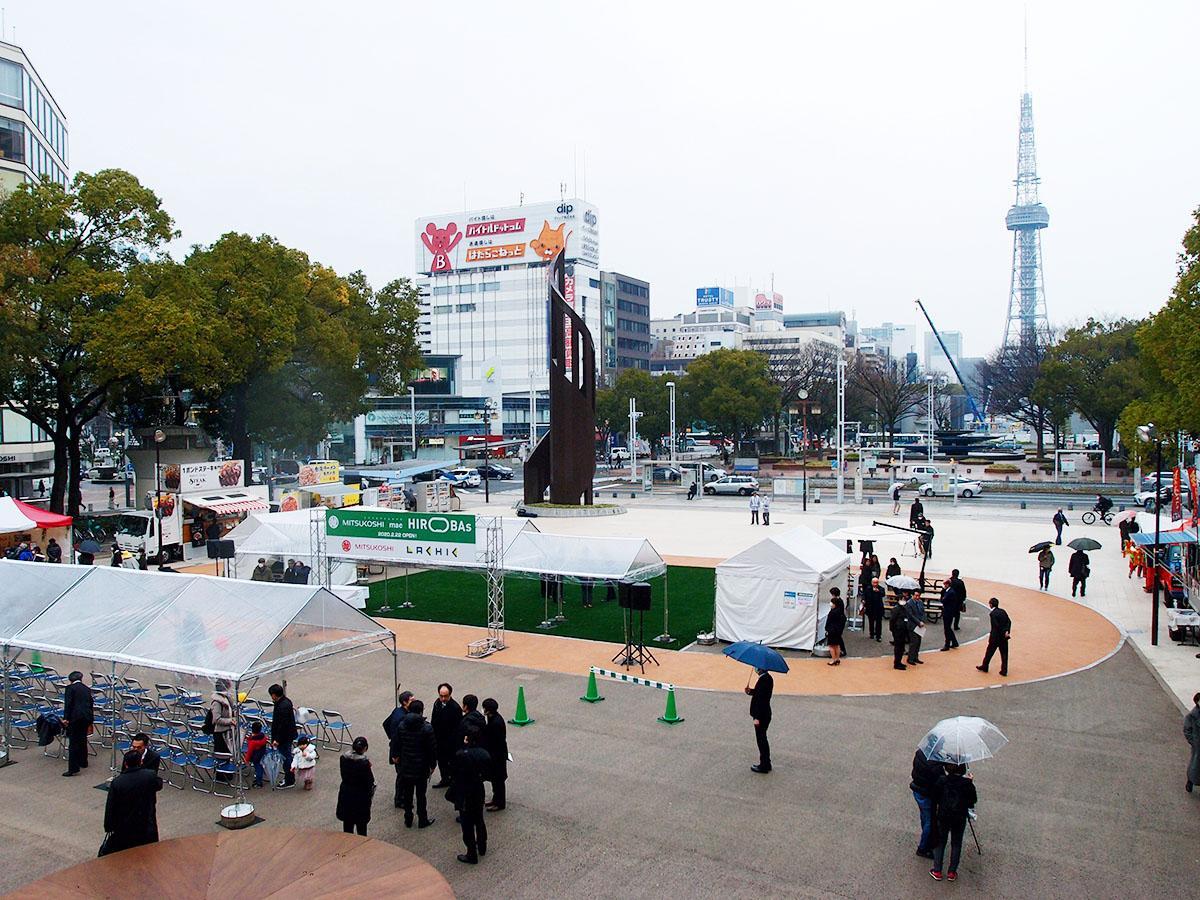 名古屋テレビ塔を望む「ミツコシマエ ヒロバス」の広場の様子(中央のテント、パイプいすなどはオープニングセレモニーのために設置したもの)