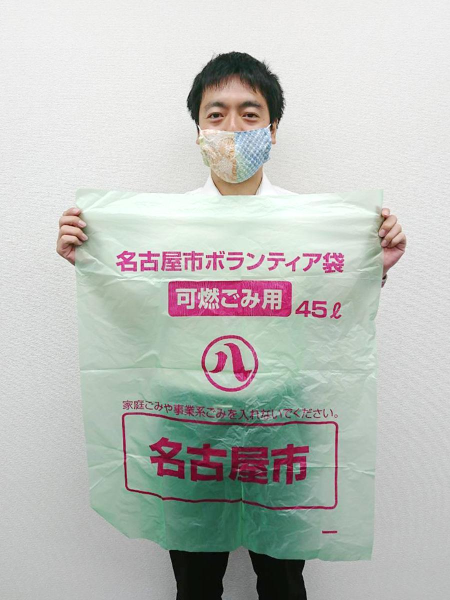 名古屋市ボランティア袋を手に意気込む、久屋大通発展会の事務局を担う名古屋テレビ塔の石坂喜和さん